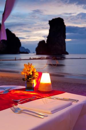 diner romantique: d�ner au coucher du soleil � la plage en Tha�lande Banque d'images