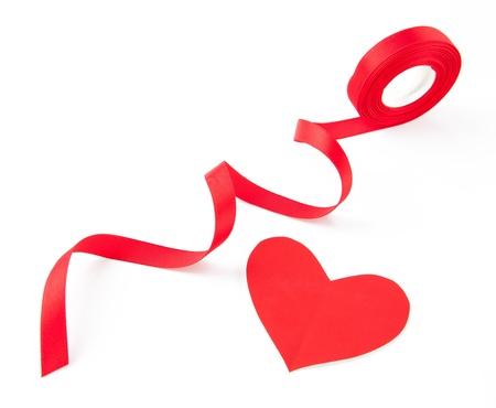 serpentinas: lazo rojo de la cinta del corazón aisladas sobre fondo blanco Foto de archivo