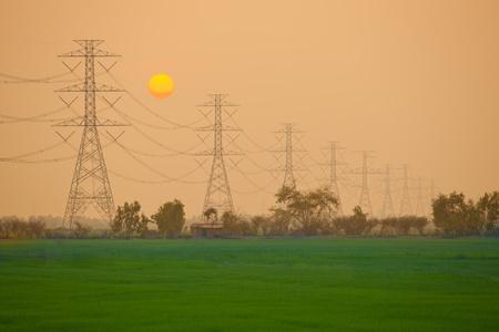 redes electricas: Estación de energía eléctrica en el campo de la puesta de sol