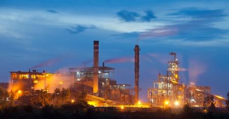 タイで日没時に産業工場