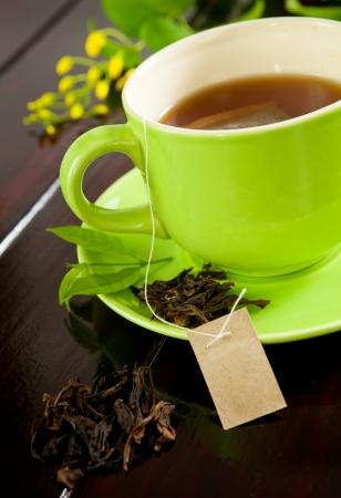 Grüne Tasse heißen Tee auf Holz Hintergrund Standard-Bild - 14413580