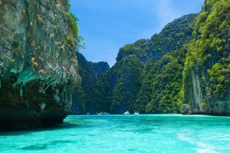 崖と澄んだ海タイ南部 Phi Phi レー 写真素材