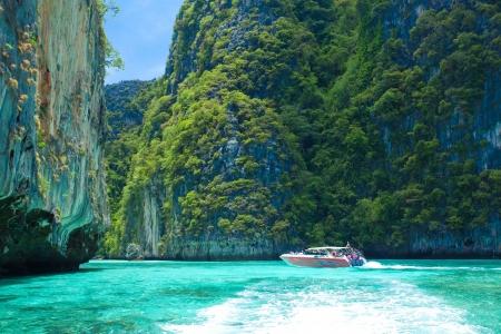 タイで青い空とスピード ボート