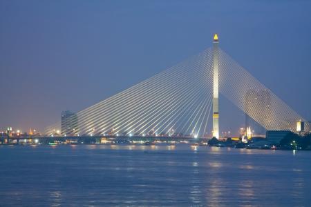 phraya: Chao Phraya r�o y el puente de cables en la puesta del sol en Bangkok, Tailandia