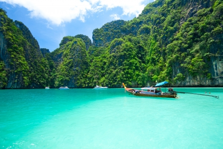 tourist diving in the sea Phi Phi Leh south of Thailand Imagens - 16849442