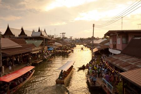 日没、アンパワ タイの水上マーケット