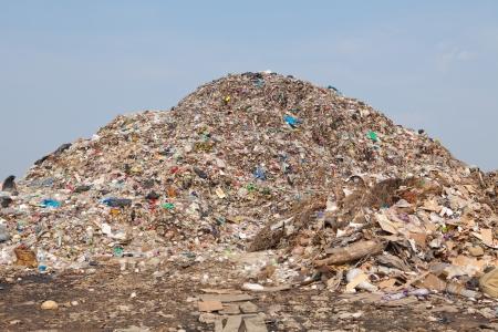 汚染、埋め立て地のゴミ捨て場でゴミ地球温暖化