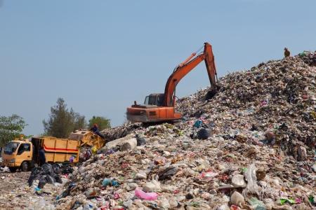 camion de basura: Retroexcavadora mueve la basura en un vertedero, el calentamiento contaminaci�n, Global