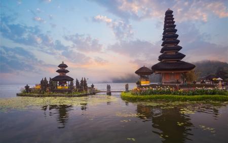 bratan: Pura Ulun Danu Bratan temple on Bali, Indonesia