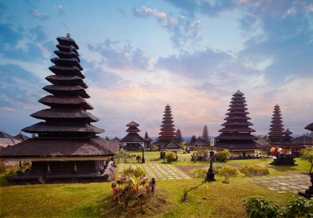 ブサキ寺院複雑なプラ Penataran アグン山、バリ、インドネシアのヒンズー教の寺院