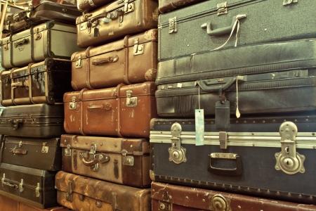 ヴィンテージ古いボロボロの革スーツケース積み上げ 写真素材