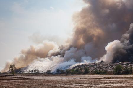 contaminacion del aire: Ardor basurero de humo de una pila ardiente de la basura Foto de archivo