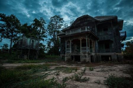 Verlaten hout oud huis op schemering Stockfoto
