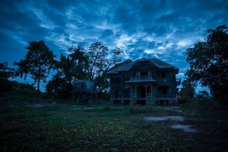abandonnée vieille maison sur le crépuscule