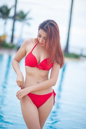 hot asian: Сексуальная азиатская девушка в красном бикини возле бассейна