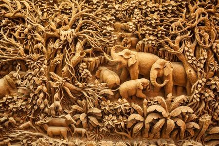 木製のフレームに刻まれたタイの象