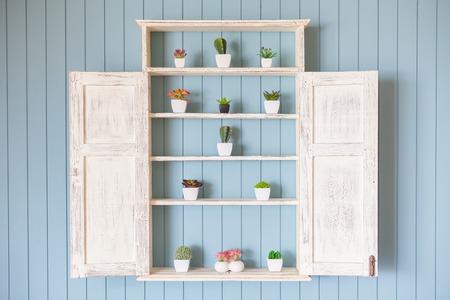 sch�ne blumen: Fensterblumenkasten mit sch�nen Blumen auf blauem Hintergrund Holz