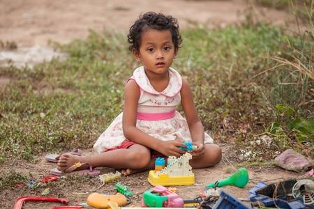 pobreza: Pobreza niños asiáticos que juegan el juguete