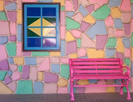 silla de madera: vieja silla de madera de la vendimia y la ventana