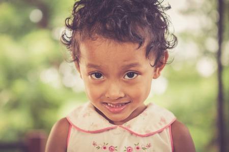pobre: Retrato de la sonrisa asiática pobre chica en Tailandia