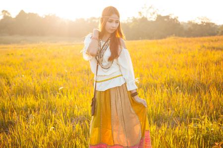 mujer hippie: hippie de la mujer que en el campo de oro en la puesta del sol