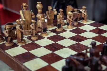 vintage houten schaakstukken aan boord van spel