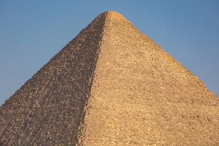 esfinge: La gran pirámide con cielo azul en Giza, Egipto