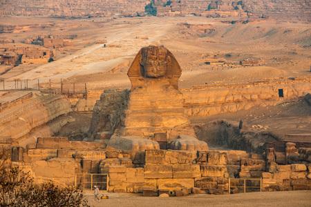 esfinge: Esfinge y grandes pirámides en Giza, El Cairo, Egipto Foto de archivo