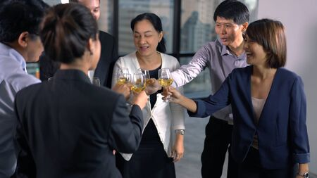 Group of business poeple with glasses of whiskey 版權商用圖片 - 134716028