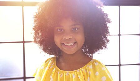 Portrait of happy little smile african girl 版權商用圖片 - 134715396