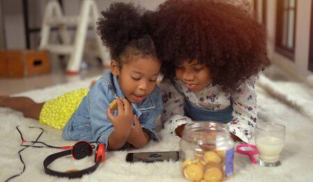 Little cute afro children playing on smartphone 版權商用圖片 - 134715418