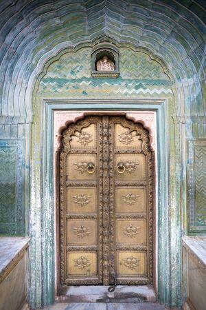 Colorful gate door in pink city at City Palace of Jaipur, Rajasthan, India 版權商用圖片 - 134715334