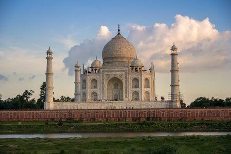 Taj Mahal during sunset and Yamuna river, in Agra , Uttar Pradesh, India 版權商用圖片 - 134714623