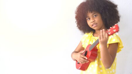 Portrait of happy little smile african girl with guitar 版權商用圖片 - 134714663