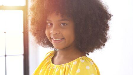 Portrait of happy little smile african girl 版權商用圖片 - 136913543