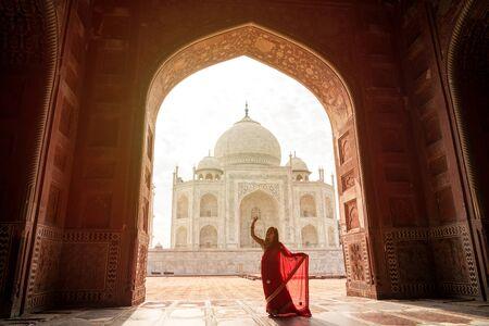 Hinduska w czerwonym sari/sari w Taj Mahal, Agra, Uttar Pradesh, Indie Publikacyjne