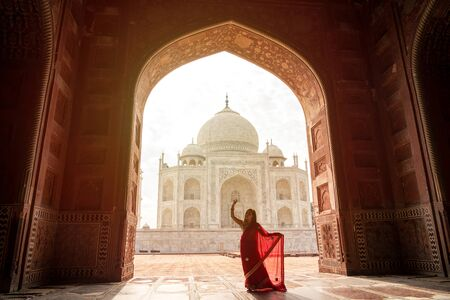 Indische Frau im roten Saree/Sari im Taj Mahal, Agra, Uttar Pradesh, Indien Editorial