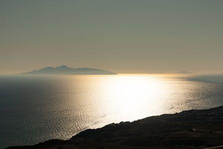 Puesta de sol en la isla de Santorini en Grecia.