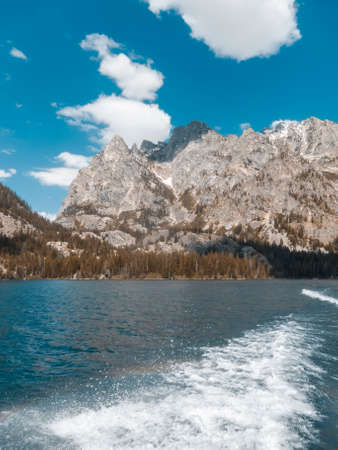 Photograph of a lake and mountain range in Grand Teton National Park in Wyoming Banque d'images