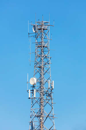 Photograph of a large steel telecommunications tower against a blue sky background Banque d'images
