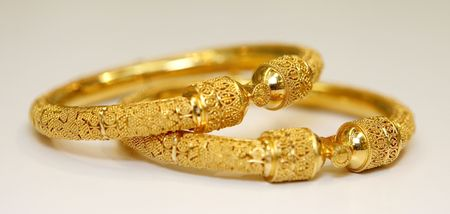 diamond stones: gold bracelet