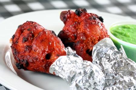 tandoori chicken legs with sauce Фото со стока