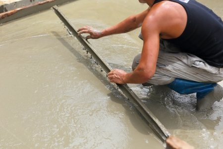 travailleur de béton plâtrier au travail du sol