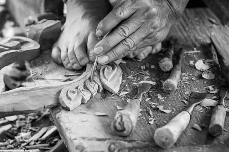 trinchante: Mano de madera tallista talla en tono de color del blanco y negro