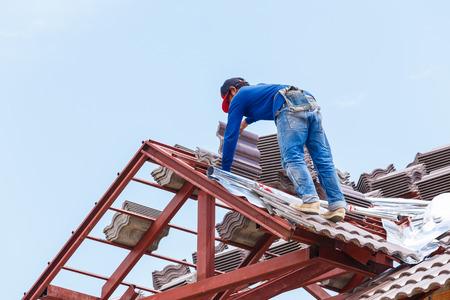 techo en construcción con pilas de tejas para la construcción de viviendas Foto de archivo