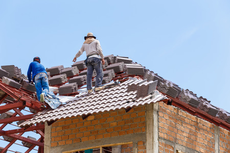 roof under construction with stacks of roof tiles for home building 版權商用圖片 - 40254374