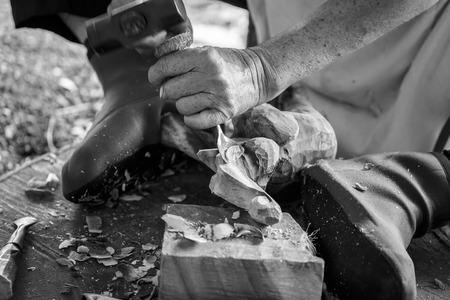 carver: Mano de madera tallador talla en tono de color blanco y negro Foto de archivo