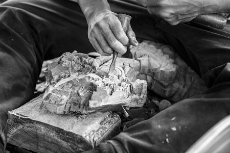 schnitzer: Hand of Carver schnitzen Holz in Schwarz-Wei�-Farbton