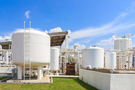 青い空と工場で化学タンク 写真素材