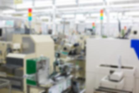fila de personas: fábrica de la fabricación borrosa Foto de archivo